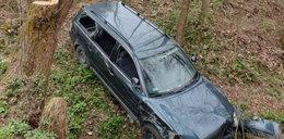 Kierowca zapomniał o hamulcu. Auto runęło ze skarpy