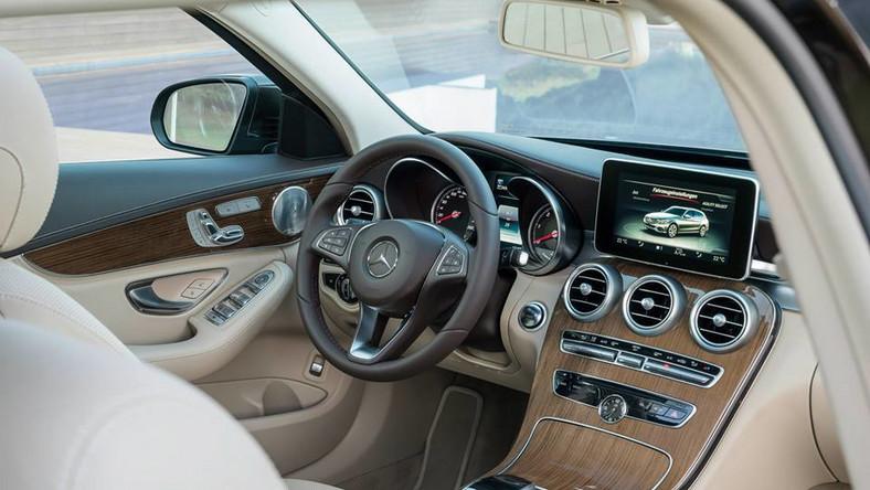 W 1996 roku Mercedes zaprezentował pierwsze kombi w klasie średniej. Dziś klasa C to najpopularniejszy model wytwarzany przez koncern Daimler. Poprzednia generacja klasy C kombi od 2007 roku skusiła ponad 400 tys. kierowców, z czego ponad 1/3 w Niemczech. Teraz Mercedes pochwalił się nowym wcieleniem klasy C w wersji kombi. W porównaniu do poprzedniej generacji samochód jest większy - rozstaw osi zwiększył się o 8 cm (do 2,84 m), długość o 9,6 cm (do 4,70 m), a szerokość o 4 cm (do 1,81 m). W opinii konstruktorów dzięki temu pasażerowie tylnej kanapy mają teraz do dyspozycji dodatkowe 4,5 cm miejsca na nogi. Więcej przestrzeni wygospodarowano także na wysokości ramion, łokci i nad głowami.
