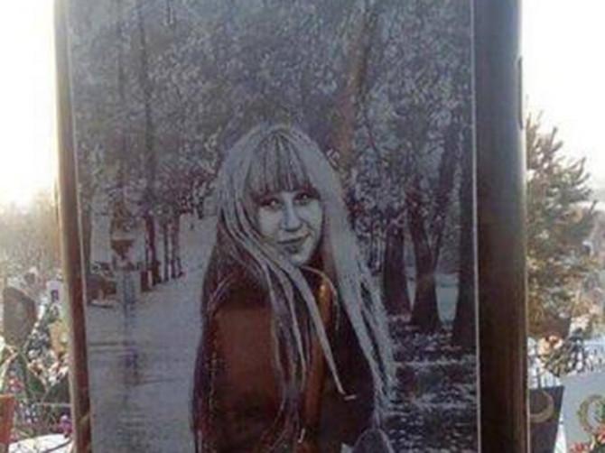 Nadgrobni spomenik devojci (25) je ZAPREPASTIO CELO SELO: Preminula je 2016. godine a prošle nedelje na njenom grobu OSVANULA JE OVA BIZARNOST