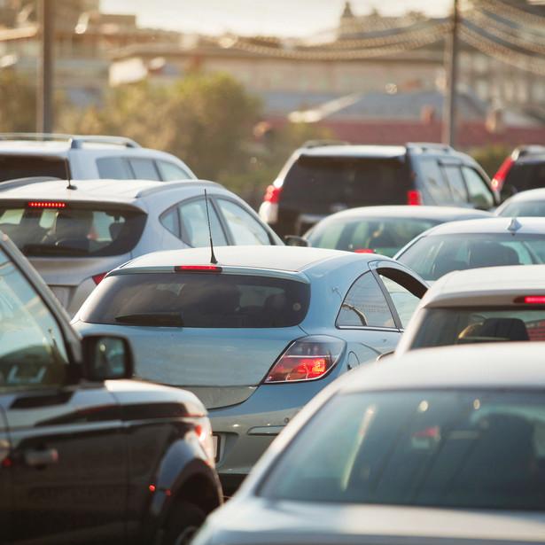 """Statystyki wskazują, że – mimo wysiłków samorządów, które inwestują w nowoczesny tabor komunikacji miejskiej i np. oferują darmowe przejazdy dla mieszkańców – Polacy kupują coraz więcej samochodów i często z nich korzystają, a do tego zazwyczaj jeżdżą pojedynczo. Z badania """"Transportowe zwyczaje Polaków"""" przygotowanego na zlecenie Busradar.pl wynika, że dziś prawie 87 proc. gospodarstw domowych ma przynajmniej jedno auto. Co czwarty Polak posiada już dwa samochody. Według ostatnich danych Eurostatu w naszym kraju na 1000 mieszkańców przypada ponad 571 aut."""