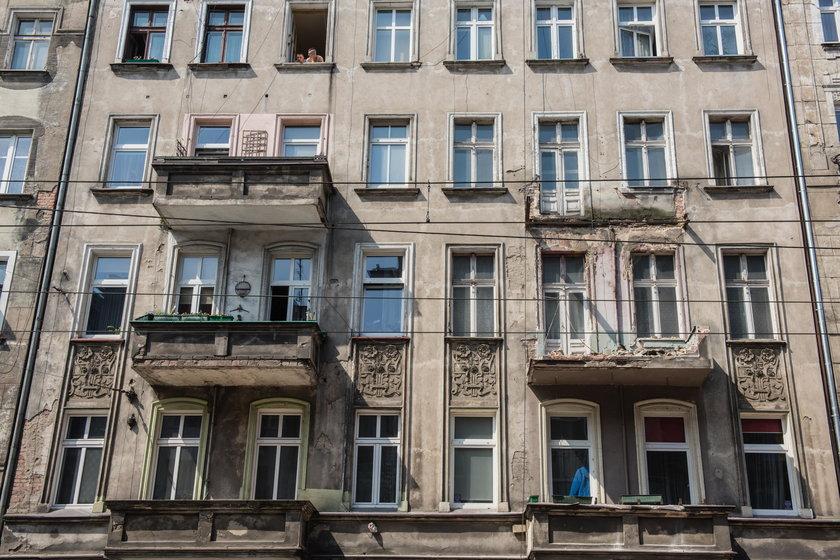 Urwał się balkon kamienicy