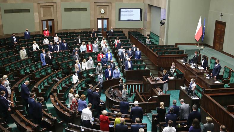 Posłowie na sali obrad Sejmu w Warszawie