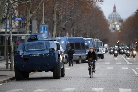 Oklopna vozila na ulicama Pariza