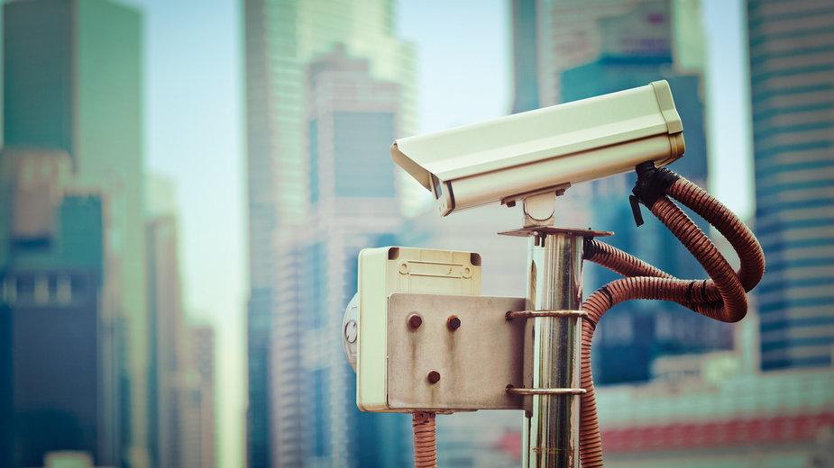 Koronawirus: Singapur. Turyści z opaskami monitorującymi przestrzeganie kwarantanny