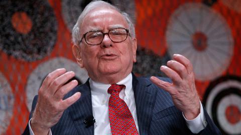Warren Buffett jest prezesem Berkshire Hathaway Inc., które w zeszłym roku kupiło 61,2 miliona akcji Apple'a