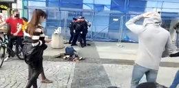 Bulwersujące! Policjant powalił emerytkę na ziemię. Teraz kobieta ma spore kłopoty