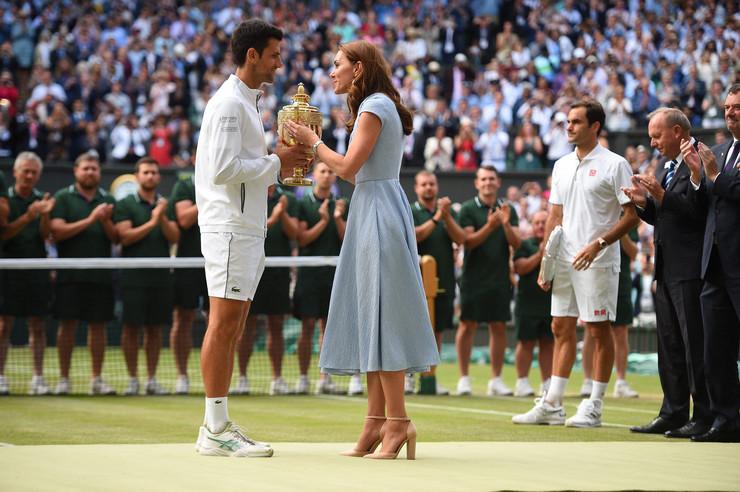 Dok je Kejt Midlton davala Novaku trofej SVI SU JOJ GLEDALI U NOGE i ceo svet sada bruji o jednom detalju