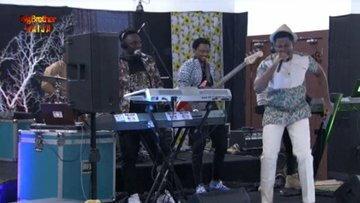 Seyi serenades 2Baba and Larry gaga as he visits BBNaija 2019 Pepper Dem house to celebrate his 44th birthday. [Twitter/BBNaija]