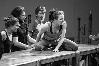 """""""Hamlet – komentarz"""", czyli wojna w mikroskali. Najnowsza premiera Teatru Pieśń Kozła już 2 lipca"""