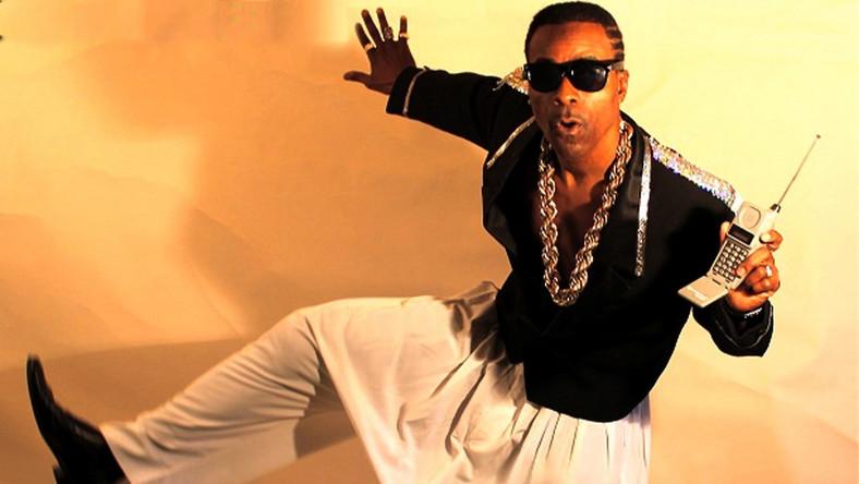 """Stanley Kirk Burrell wciąż najbardziej znany jest z kawałka """"U Can't Touch This"""" i szerokich spodni z krokiem w kolanach, w których wystąpił w słynnym teledysku... Płyta z tym hitem sprzedała się w prawie 20 milionach egzemplarzy. Dziś ojciec szóstki dzieci jest pastorem i prowadzi religijny program telewizyjny, a """"MC"""" przed jego pseudonimem artystycznym –jak podkreśla – zyskało nowe znaczenie: """"Man of Christ"""" (""""człowiek Chrystusa"""")."""