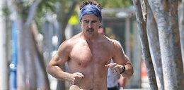 Colin Farrell na ulicy bez koszulki. Naszą uwagę przykuły jego buty. Nie uwierzycie, co on ma na nogach!