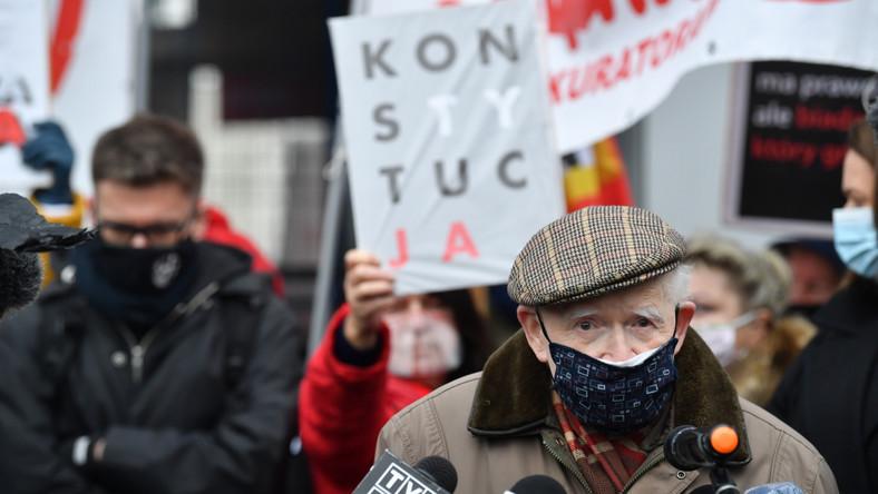 Igor Tuleya i Adam Strzembosz przed siedzibą PK