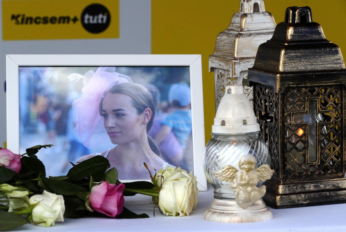 Elcsendesült a lelátó, a versenyzők elmondtak egy imát a trakikus körülmények között elhunyt zsokélányért - Szívszorító fotók
