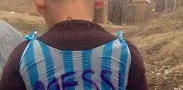 Świat szuka chłopca, który zrobił sobie koszulkę Messiego z reklamówki!