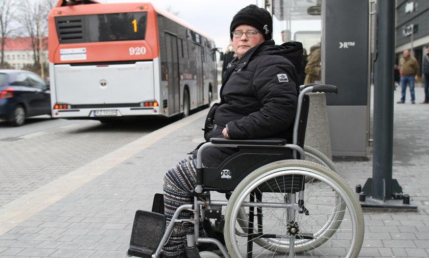Pani Maria porusza się na wózku inwalidzkim i nierzadko ma wielki problem, by wsiąść do autobusu