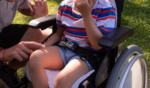 Latami zmuszała zdrową córkę do jeżdżenia na wózku i karmienia przez sondę