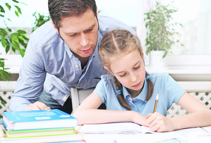 roditelji stock-photo-father-helping-daughter-with-homework-at-home-766143481