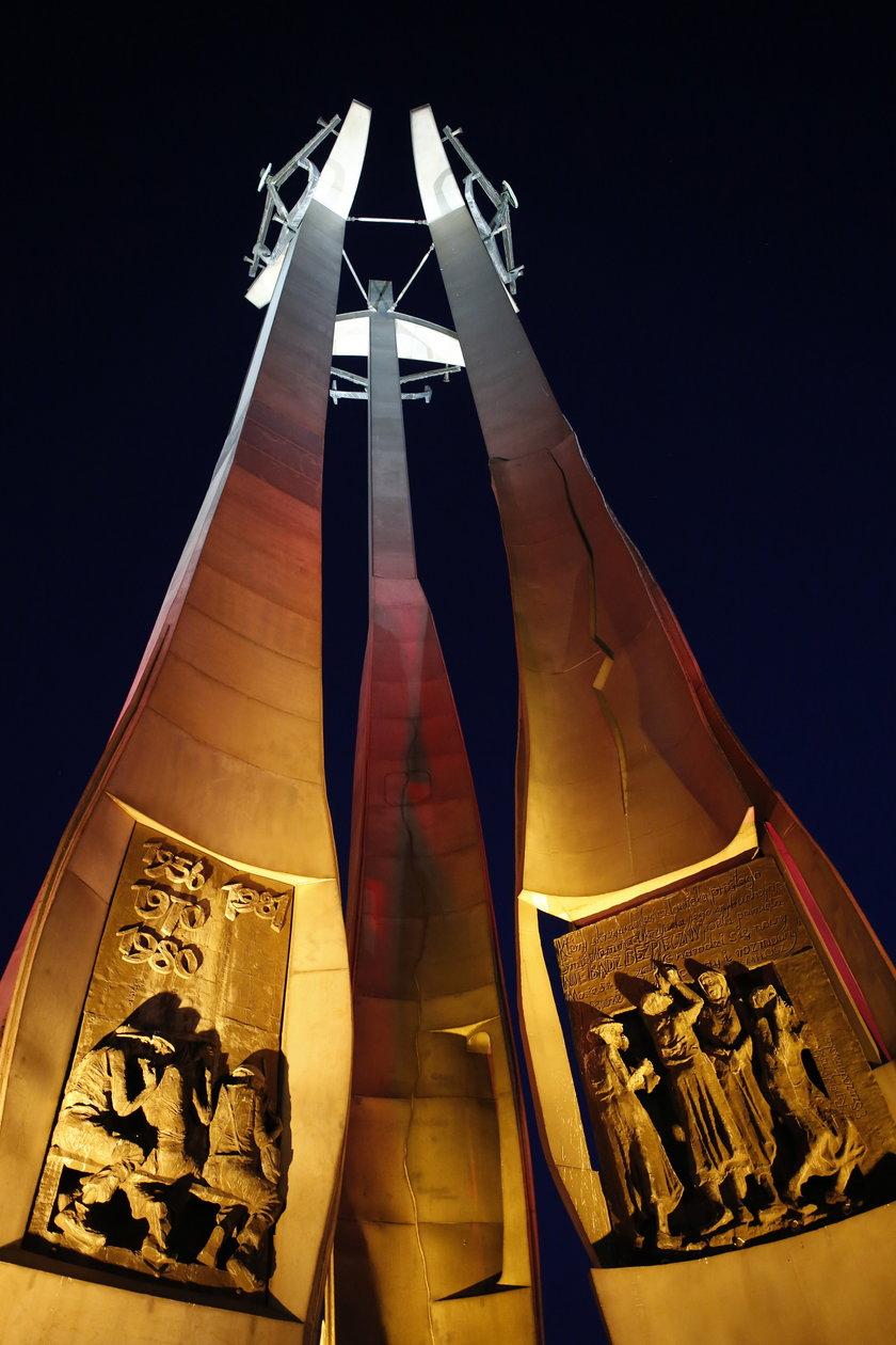 Pomnik Poległych Stoczniowców w Gdańsku i biało-czerwona iluminacja