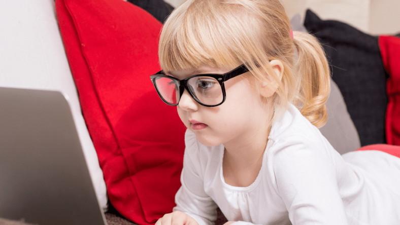 Dziewczynka w okularach