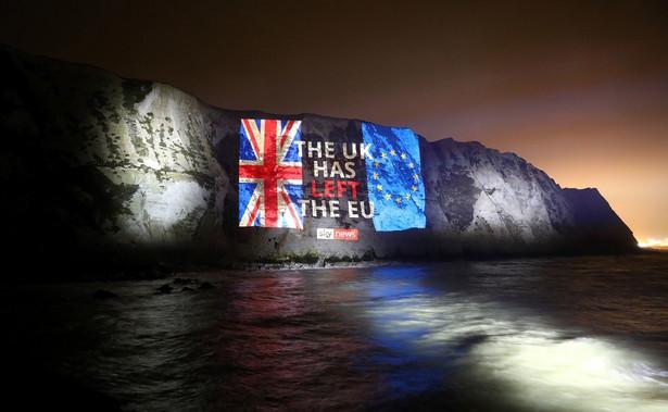 Można nawet zaryzykować stwierdzenie, że było to prawdziwe angielskie wyjście. W piątkowy wieczór nad Tamizą nie zaplanowano żadnych państwowych uroczystości. O tym, że dzieje się coś wyjątkowego, mogła świadczyć jedynie iluminacja gmachów rządowych w barwach brytyjskiej flagi oraz wyświetlony na fasadzie rezydencji premiera zegar odliczający sekundy do brexitu.