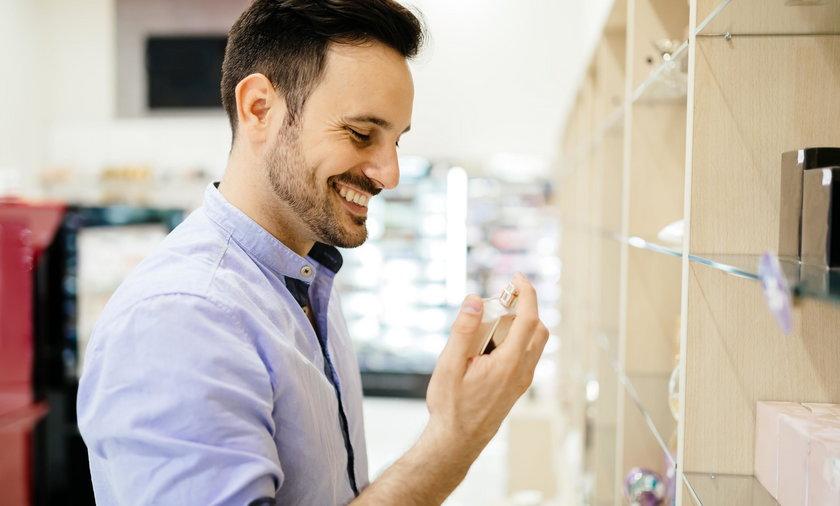 mężczyzna kupuje perfumy