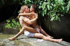 EKSPLICITNE SCENE NA PLAŽI Pevačica se skroz golih grudi dohvatila s dečkom