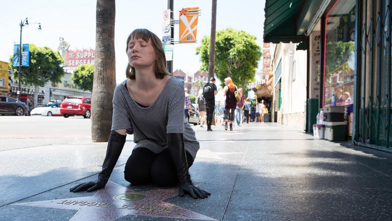 Bezlitosna satyra na Hollywood, na drogę do kariery po trupach, na niszczącą psychikę rywalizację i walkę o przetrwanie w Fabryce Snów. David Cronenberg po kilku nieco słabszych filmach znów wraca do wielkiej formy. A na ekranie gwiazdorska obsada: John Cusack, Mia Wasikowska, Robert Pattinson i nagrodzona w Cannes Julianne Moore
