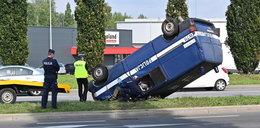 Groźny wypadek w Szczecinie. Policjanci dachowali radiowozem