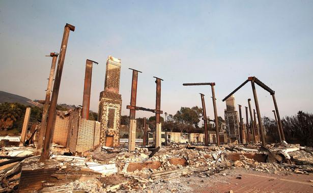 Jak pisze agencja AP, susza, przypisywane zmianom klimatycznym wyższe temperatury i oddawanie kolejnych terenów leśnych pod zabudowę mieszkaniową sprawiły, że sezonowe pożary terenów dzikich w Kalifornii przybrały na sile, a przy tym rozpoczynają się wcześniej i trwają dłużej.