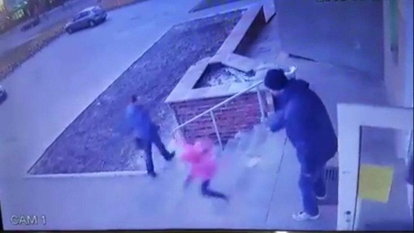 Ukraina: Ojciec zrzucił 6-letnią córkę ze schodów. Jest nagranie