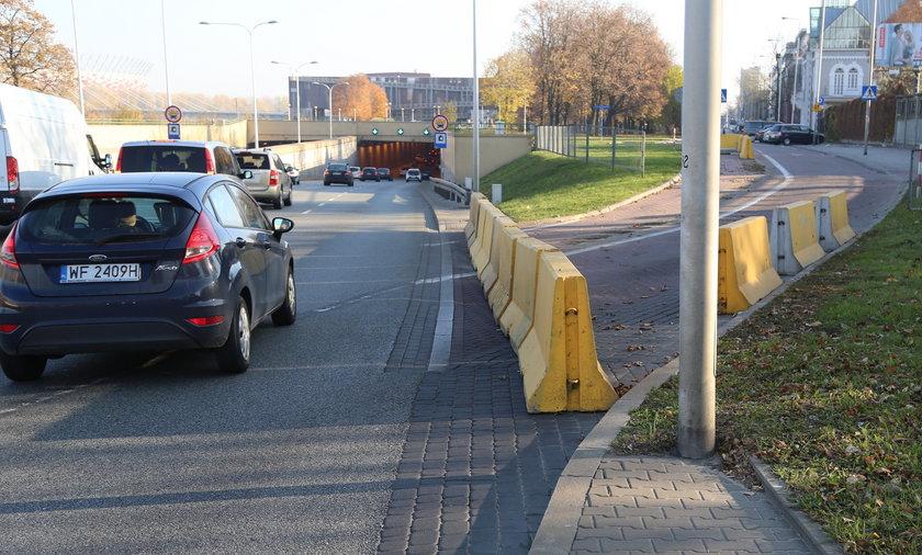 Drogowcy zamknęli wjazd z Wisłostrady na Wybrzeże Kościuszkowskie. Kierowcy apelują - Zostawcie nam wjazd na most Świętokrzyski