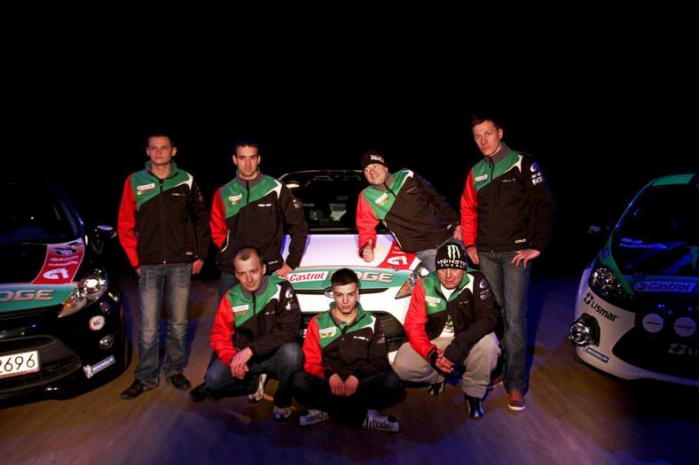 Zespół pucharu Castrol EDGE Fiesta Trophy. Z tyłu od lewej stoją: Aleksander Jaroszewicz, Radosław Typa, Rafał Stalmach, Dariusz Gurdziołek. Z przodu od lewej: Szymon Gospodarczyk, Hubert Ptaszek, Marcin Lisek