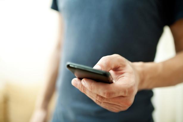 Chodziło o oddział irlandzkiej spółki, który sprzedawał doładowania do telefonów komórkowych w formie zaszyfrowanych plików zawierających odpowiednie kody.