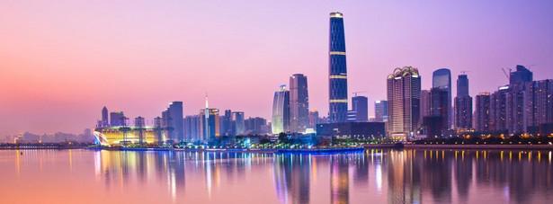 Guangzhou nie pojawia się zbyt często na typowo turystycznych szlakach, jeśli tu trafisz, to prawdopodobnie w sprawach biznesowych, lub przesiadając się w inny pociąg (to bardzo ważny węzeł komunikacyjny), warto jednak zostać tu chwilę dłużej i poczuć wyjątkowy charakter tego miasta. Tu historia zostawiła swoje ślady na ścianach, a tradycja wplotła się nierozerwanie w codzienne, azjatyckie życie tworząc specyficzny koktajl z pędzącą nowoczesnością. Oto gdzie warto, będąc w Kantonie, skierować swoje podróżnicze nogi i ciekawy wzrok.