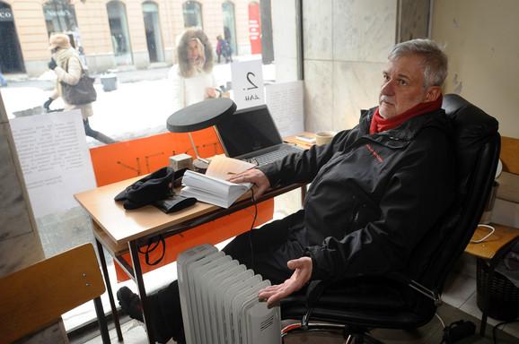 Profesor dr Dušan Glišović štrajkuje glađu na ulazu u zgradu fakulteta