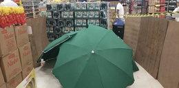 Pracownik zmarł w sklepie. Koledzy przykryli zwłoki parasolami