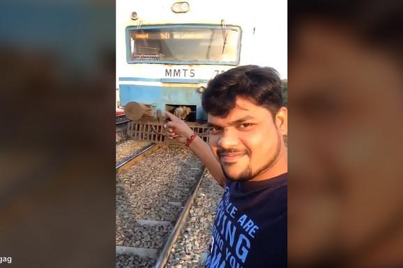 UZNEMIRUJUĆI SNIMAK (18+) Želeo je da napravi selfi ispred nadolazećeg voza, ali je stao PREBLIZU