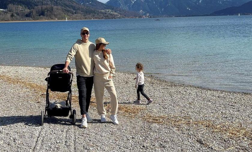 Anna i Robert Lewandowscy zabrali córki na wycieczkę za miasto.