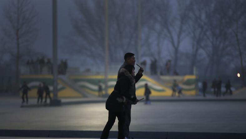 Wrotkowisko, na którym wieczorami spotykają się mieszkańcy Pjongjangu. Tu przynajmniej dociera nieco światła...