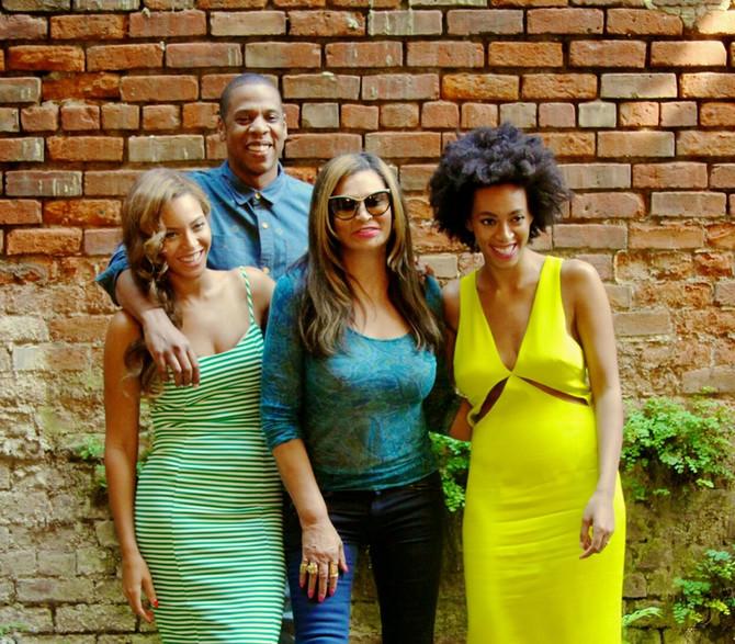 Tina Nouls sa ćerkama i Džejem Zijom