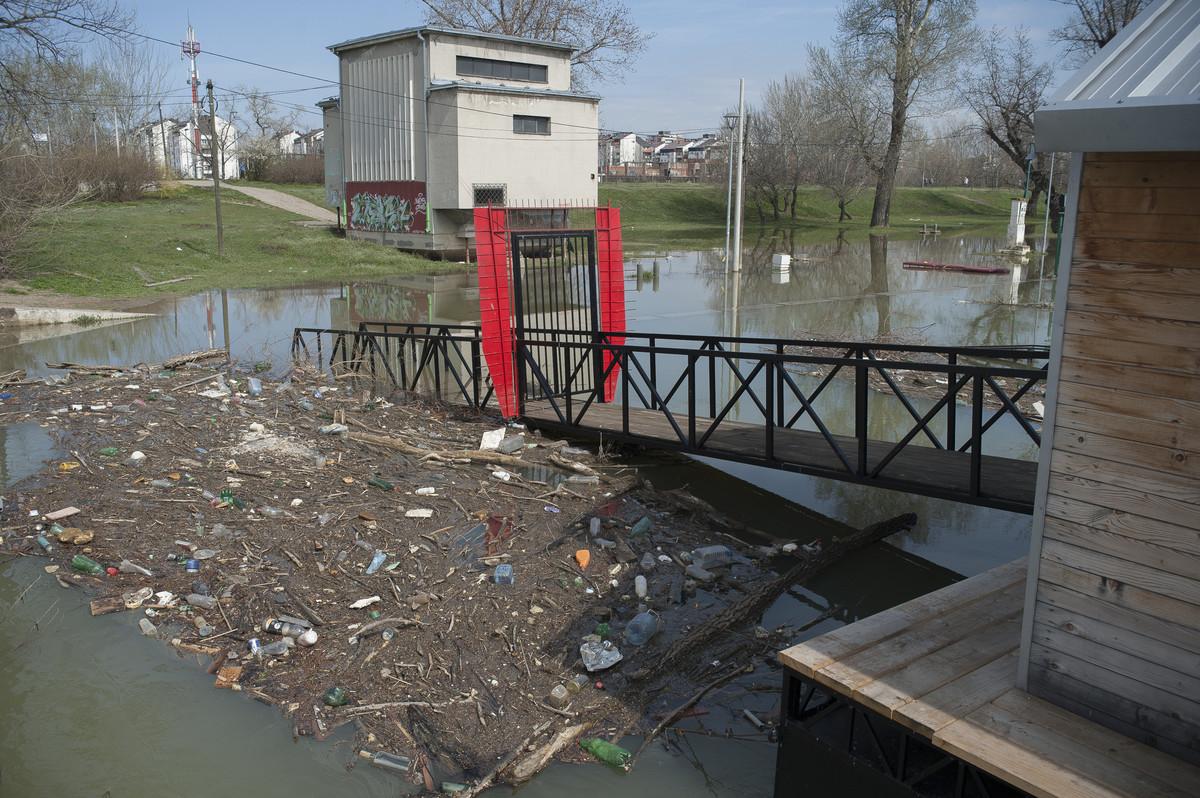 DEPONIJA NA VODI Sava na Novom Beogradu izbacila ogromne kolicine smeca i POTOPILA SPLAV