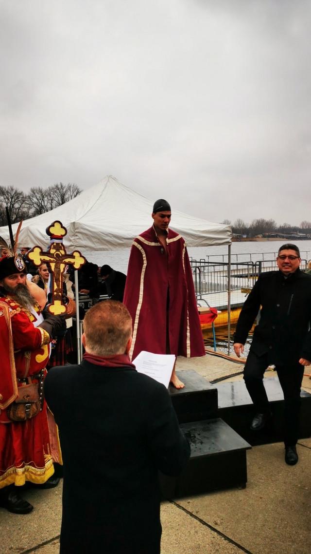 Učenik trećeg razreda Vojne akademije Đorđe Racković, prvi je doplivao do Časnog krsta