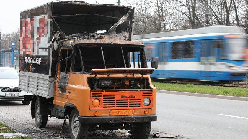 W Krakowie spłonął żuk z antyaborcyjnymi plakatami. Policja bada sprawę