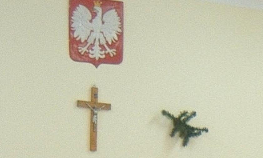 Krzyż na ścianie w komisji wyborczej