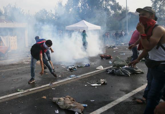 Migranti su počeli iz revolta da pale automobilske gume