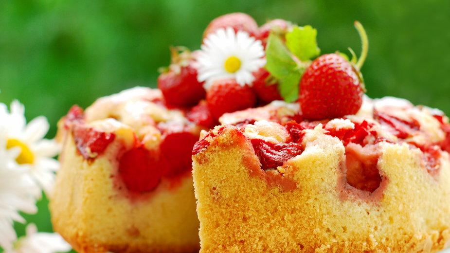 Ciasto biszkoptowe z truskawkami to doskonały słodki deser - teressa/stock.adobe.com