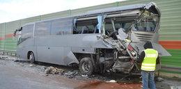 Cysterna uderzyła w autobus z żołnierzami. 7 osób rannych