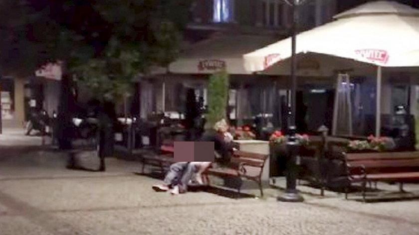 Para uprawiająca seks na ławce w Kościerzynie