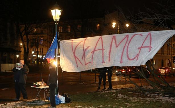 Transparent rozwieszony przed wizytą Jarosława Kaczyńskiego na Wawelu