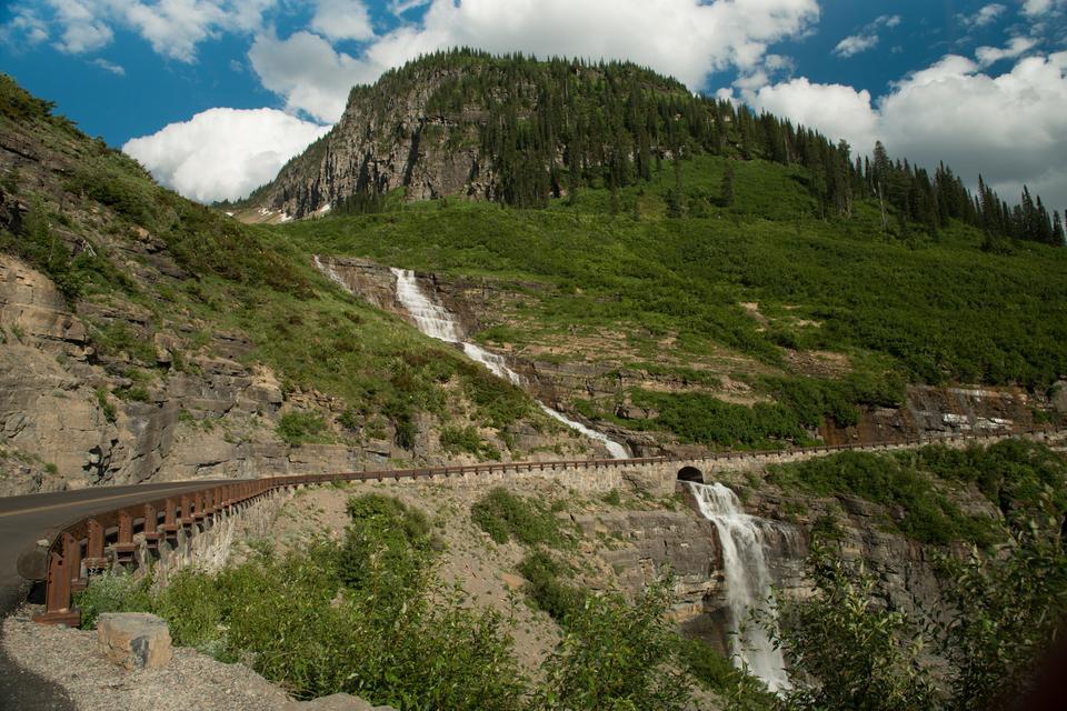 Legendarna droga do słońca, czyli Going to the Sun Road, ciągnie się przez 80 km i przecina Park Narodowy Glacier w północno-zachodniej Montanie, dzieląc go na dwie części. Trasę otworzono w 1933 roku i od tamtego czasu niezmiennie dzierży ona berło najpiękniejszej szosy świata.